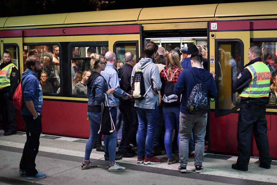 Zahlreiche Besucher des Musikfestivals Lollapalooza nutzten die S-Bahn zur An- und Abreise - unter den strengen Augen der Polizei.