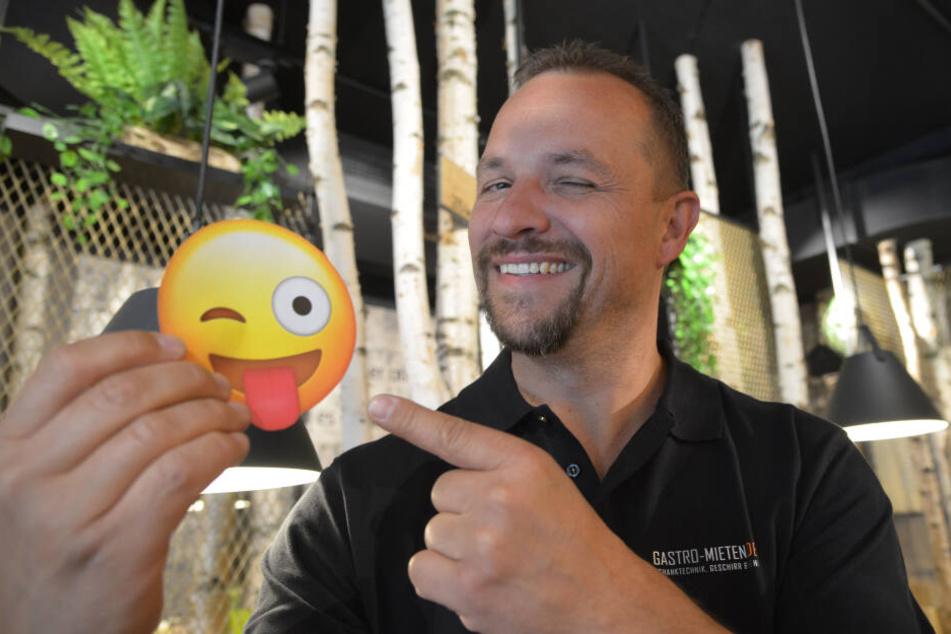 Immer ein Lächeln im Gesicht: Gastronom André Gruhle (43) versendet mit seinem Lieblings-Emoji gute Laune.