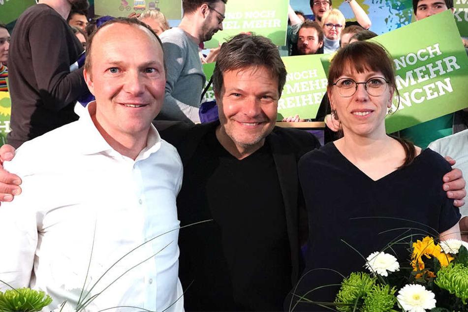 Große Zufriedenheit bei Wolfram Günther (links) und Katja Meier (rechts), die hier mit dem Grünen-Bundesvorsitzenden Robert Habeck (Mitte) zusammen stehen.