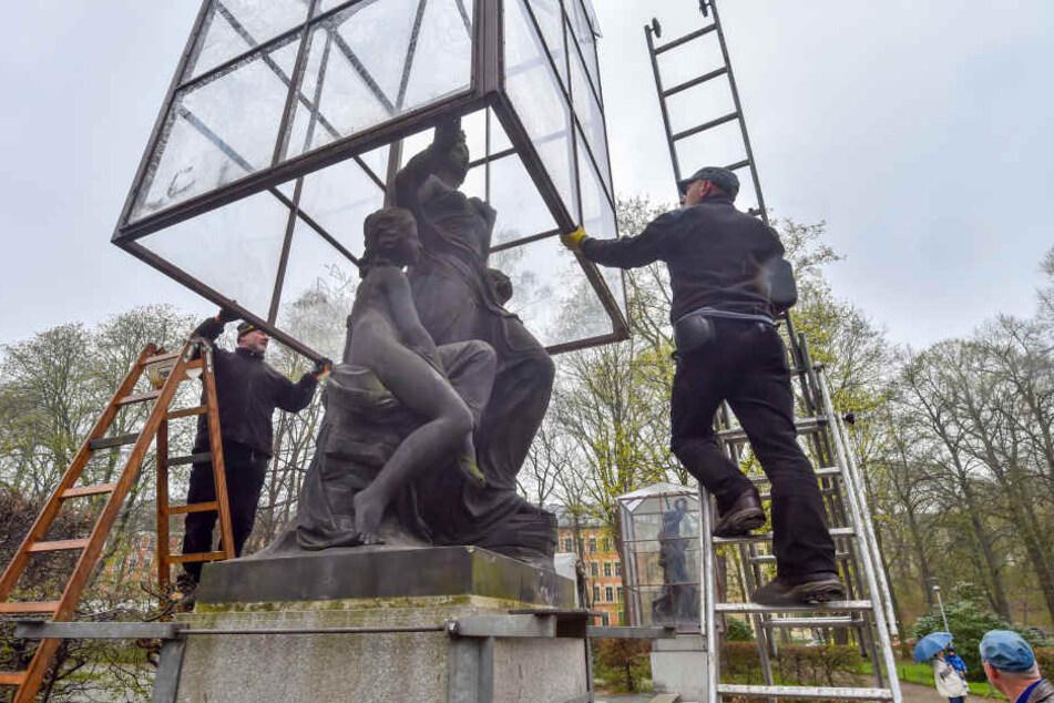Am Denkmal wird Hand angelegt. Die mangelnde Grünpflege steht in der Kritik.