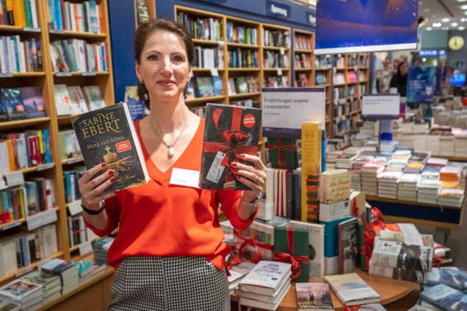 """Bestseller auch an Weihnachten ganz oben: Katja Fischer (51) von Thalia in der Galerie Roter Turm mit """"Herz aus Stein"""" (l.) und """"Das Geschenk""""."""