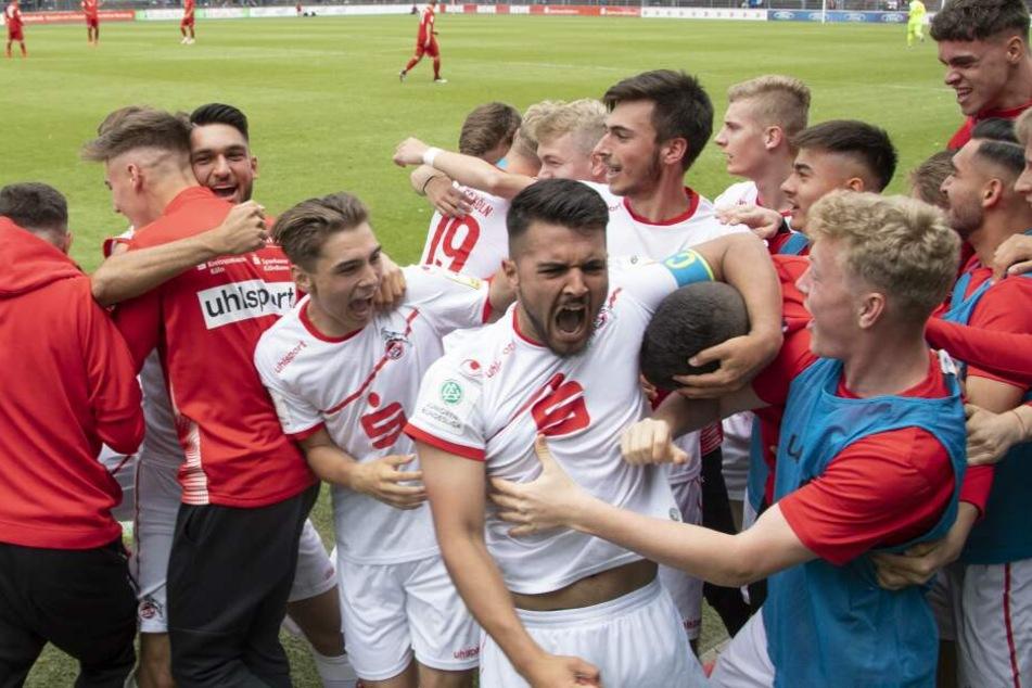 Die Kölner jubeln nach dem Finaleinzug durch den Sieg gegen Bayern München.