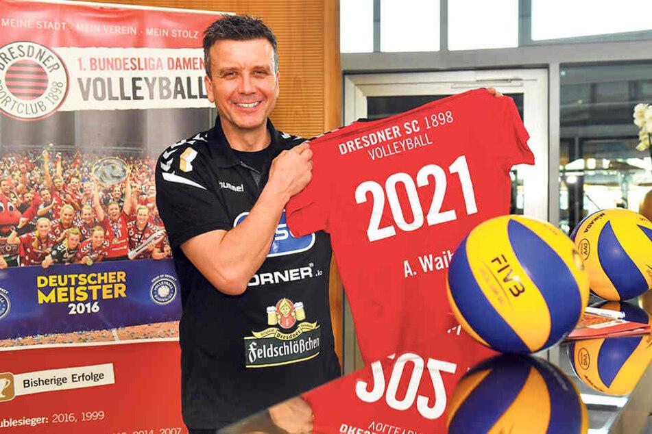 Alexander Waibl zeigt sein Trikot mit der Jahreszahl 2021, das ihm zur Vertragsverlängerung überreicht wurde.