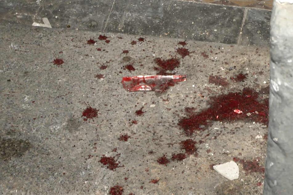 Blut und Glassplitter vor einem Hauseingang in der Wurzner Straße. Einer der Streithähne war in eine Glasscheibe gefallen.