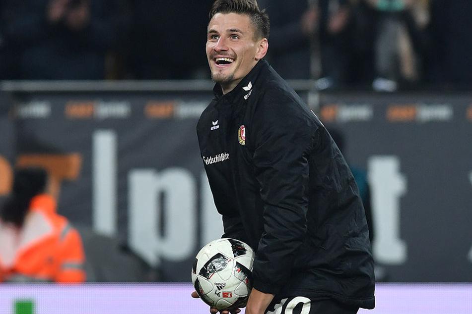 Stefan Kutschke schnappte sich nach seinem Hattrick gegen Braunschweig direkt nach dem Spiel den Ball.