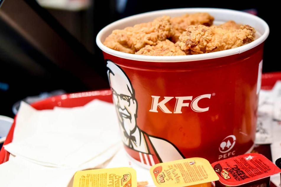 Weil ihr Hühnchen-Eimer nicht so voll war wie in der Werbung, verklagt Anna Wurtzburger Kentucky Fried Chicken.