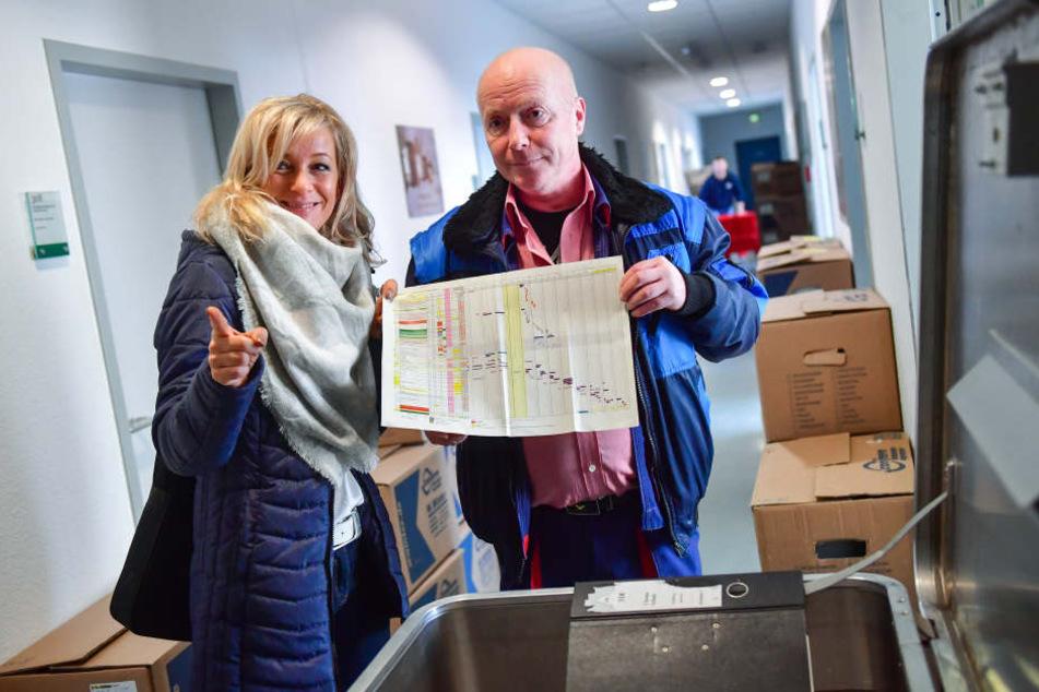 Sanna Thurner vom Planungsstab und Hausmeister Jörg Friedrich klären am Umzugs-Masterplan letzte Details.