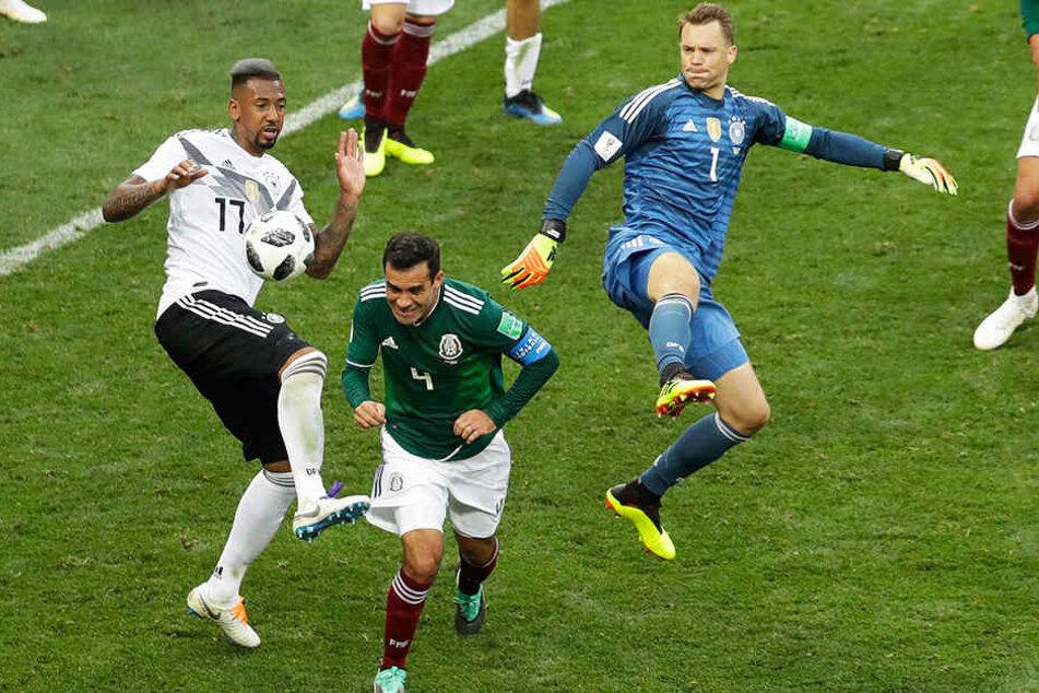 Manuel Neuer (r.) versuchte sich in den letzten Minuten im Spiel gegen Mexiko (0:1) sogar als Mittelstürmer - ohne Erfolg.