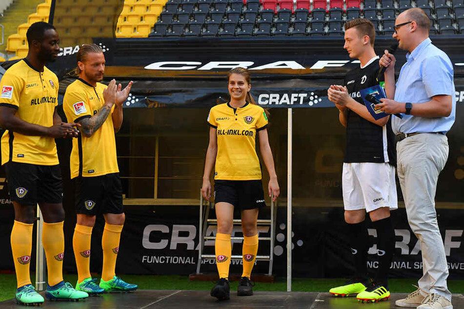 Applaus gab es beim Vertragsabschluss im Sommer 2018 von den Dynamo-Fußballern (hier Erich Berko und Patrick Ebert) nicht nur für die eigenen, sondern auch für die Frauen-Version des Dynamo-Trikots.