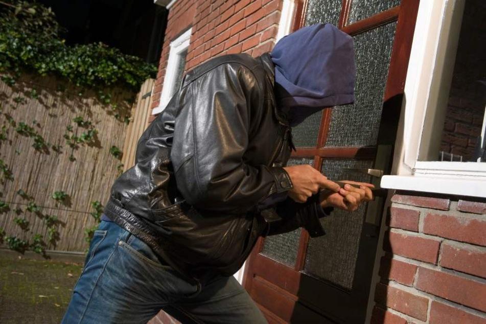 Die Einbrecher drangen durch die Terrassentür in zwei Einfamilienhäuser ein. (Symbolbild)
