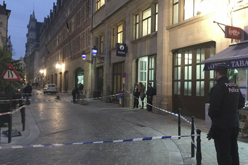 Ein Polizist wurde von einem Angreifer mit einem Messer verletzt, der Angreifer daraufhin in der Nähe des Grand Place im historischen Zentrum von Brüssel angeschossen.