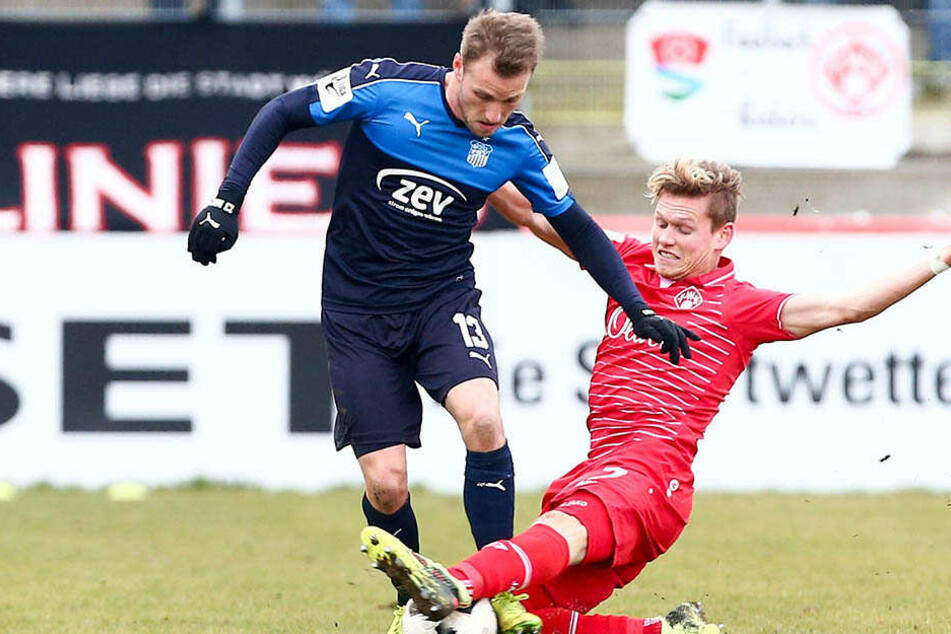 Mike Könnecke (links) bekam kurz vor Schluss einen Schlag auf die Wade. Hier kämpft er mit Würzburgs Felix Müller um den Ball.