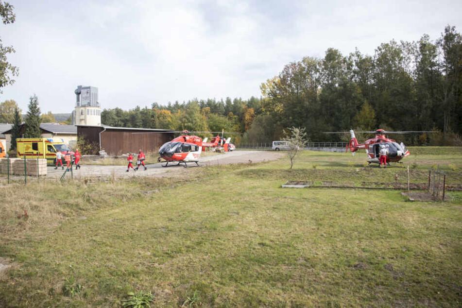 Inzwischen sind auch mehrere Hubschrauber an der Unglücksstelle im Einsatz.