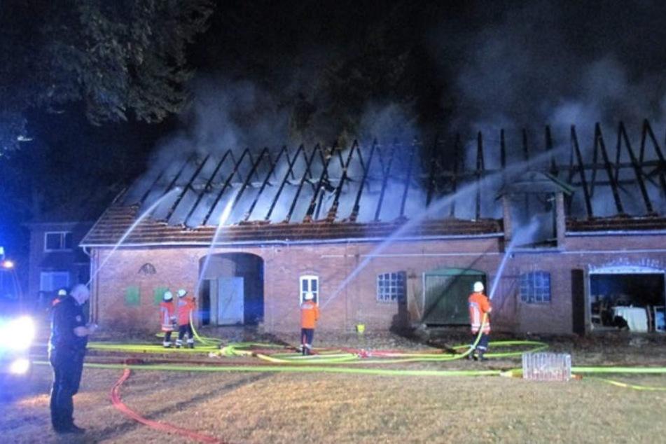 Rund 70 Einsatzkräfte der Feuerwehr bekämpften den Scheunen-Brand.