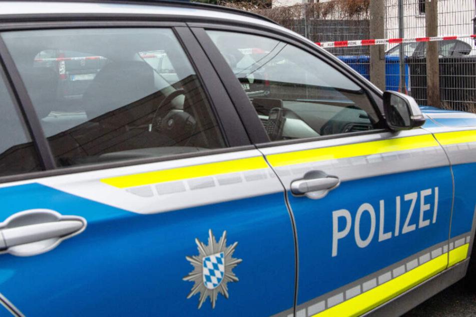 In Bayern mussten Polizeibeamte einen Mann festnehmen. (Symbolbild)