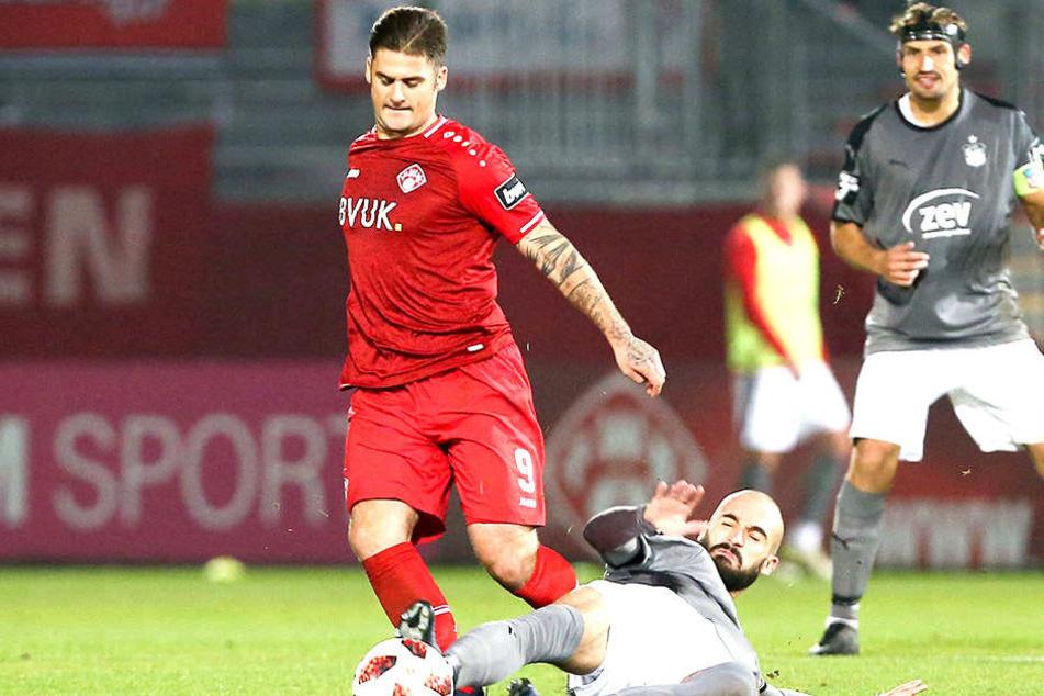 Geht rustikal zur Sache: Nico Antonitsch (am Boden) grätscht gegen Würzburgs Dominic Baumann.
