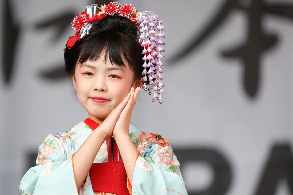 Eine Frau im Kimono. In Zelten kann man die traditionelle Bekleidung anprobieren.