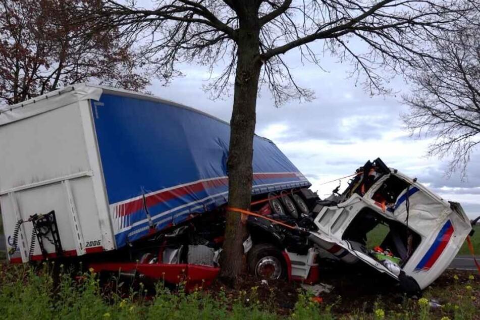 Führerhaus von Lkw reißt bei Unfall ab: Polizei sucht mutige Ersthelferin