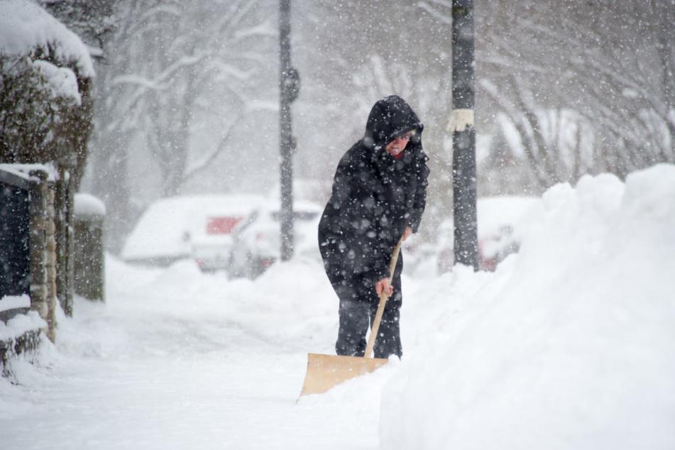 In Bayern, Thüringen sowie in Sachsen muss man wohl oder übel zum Schneeschieber greifen.