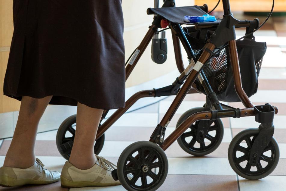 Für viele Pflegeheim-Bewohner sind Kontakte zu Angehörigen äußerst wichtig (Symbolbild).