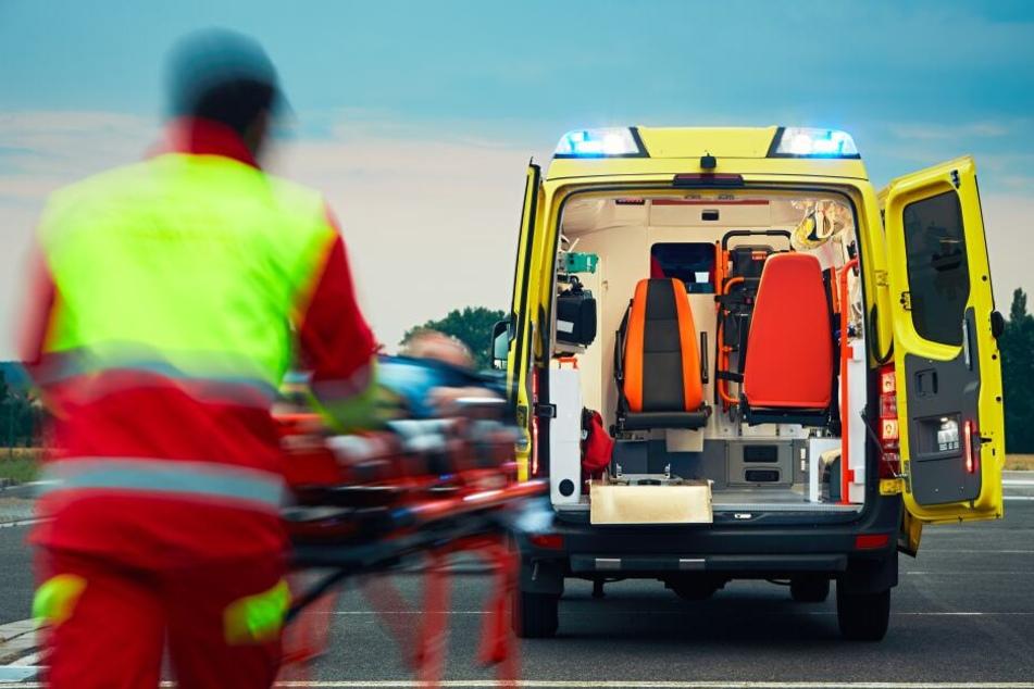 Der Fahrer des Krankenwagens wurde verletzt. (Symbolbild)