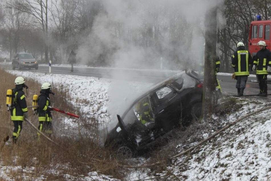 Der Wagen rutschte nach dem Crash mit dem Baum in den Straßengraben.