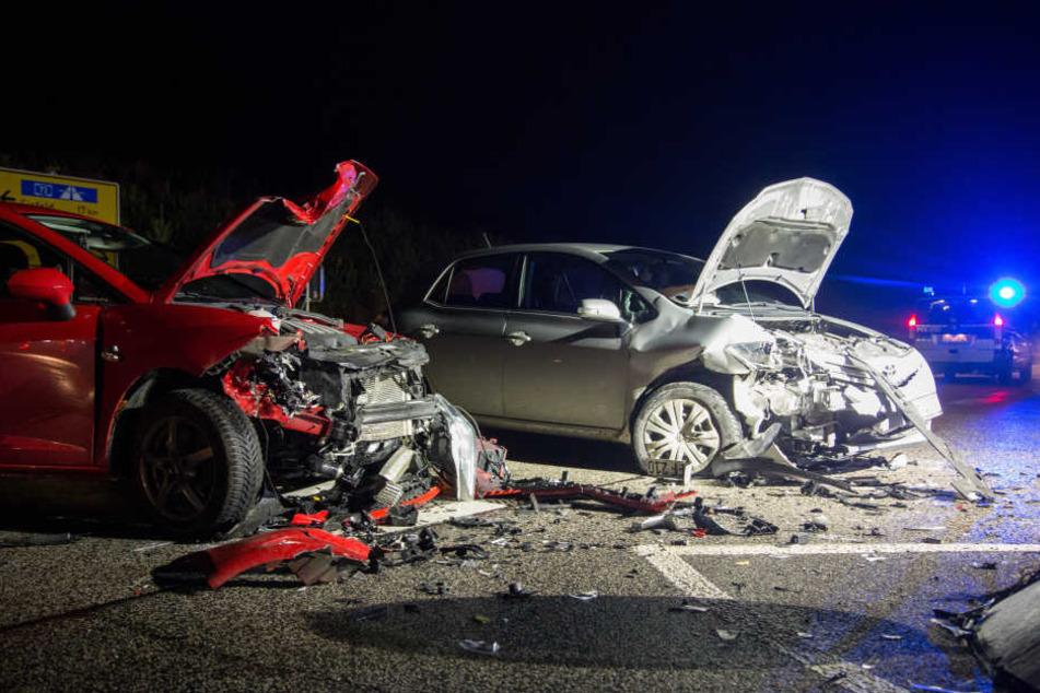 Die beiden Autos krachten auf der Kreuzung frontal zusammen.