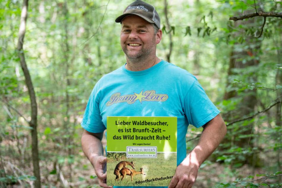 Stefan Pyttlik, 1. Vorsitzender des Trailsurfers Baden-Württemberg hält das Schild in der Hand.