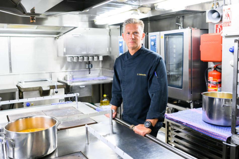 """Koch Sven Schnieder steht in seiner Küche auf dem Forschungsschiff """"Polarstern""""."""