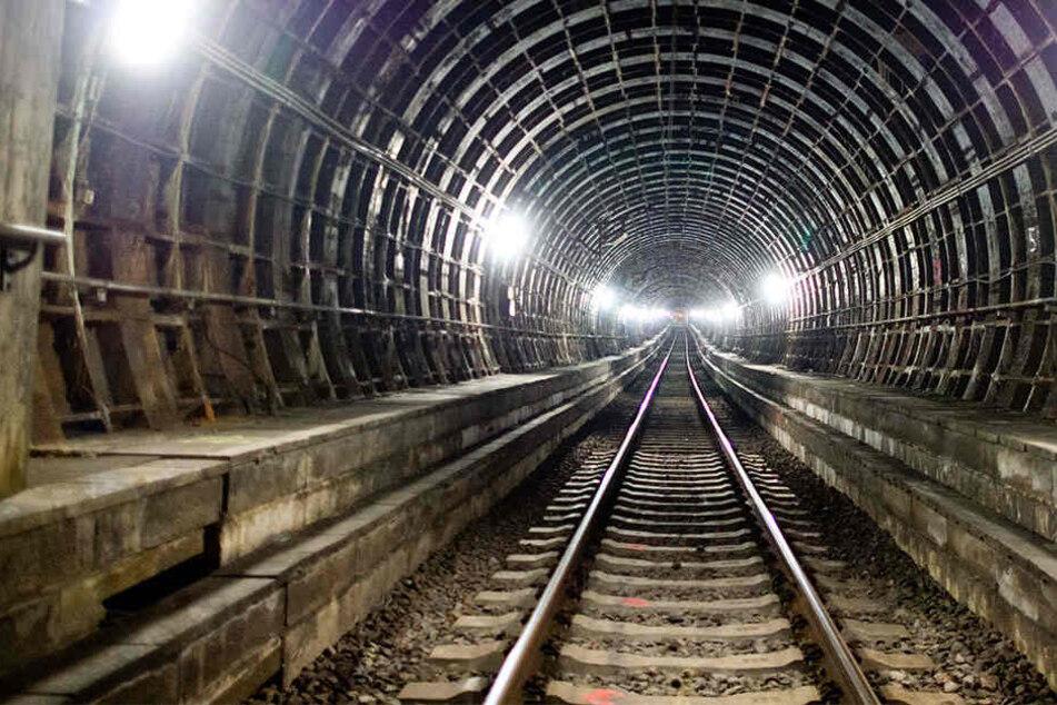 Schwarzfahrer schlägt Flucht in S-Bahn Tunnel ein und entkommt.