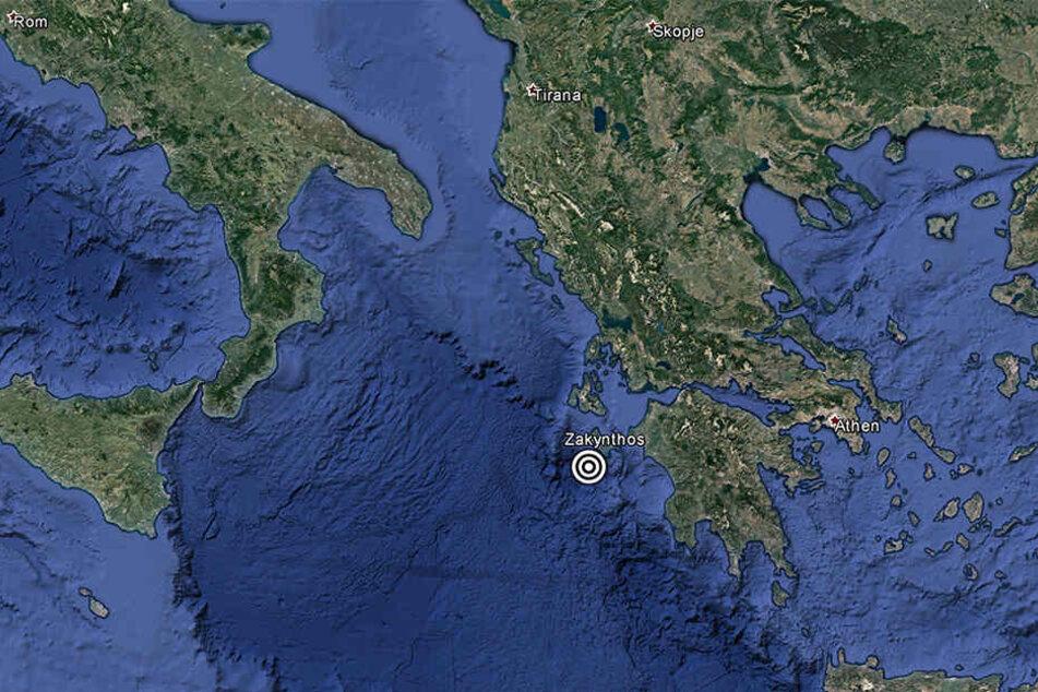 Die Aufnahme zeigt die griechische Insel Zakynthos und eine Markierung über dem Zentrum des Erdbebens rund 44 Kilometer westlich.