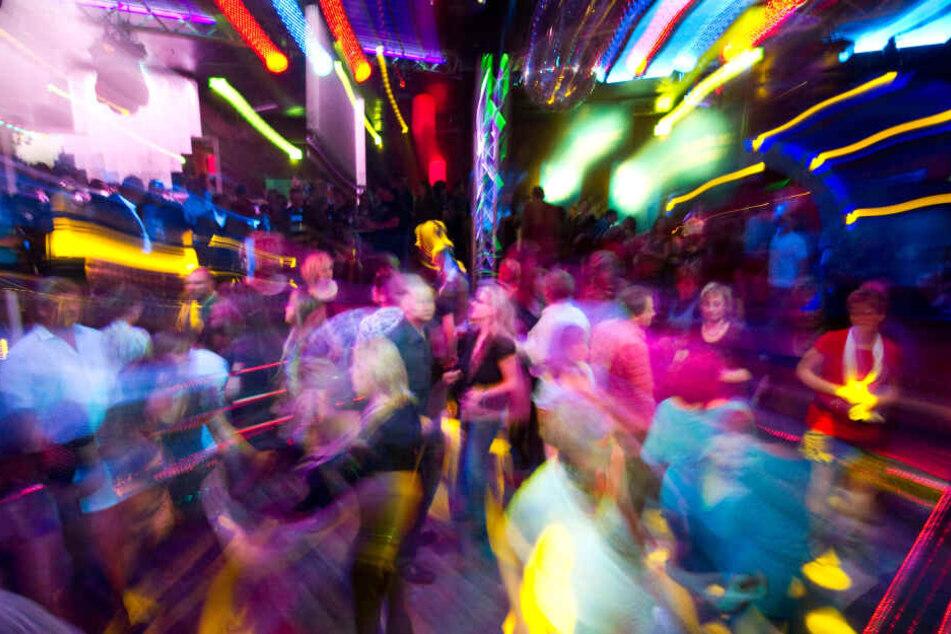 Der Disko-Besuch endetet für einige Gäste anders als geplant: Eine Frau sprühte Pfefferspray in die Menge. (Symbolbild)