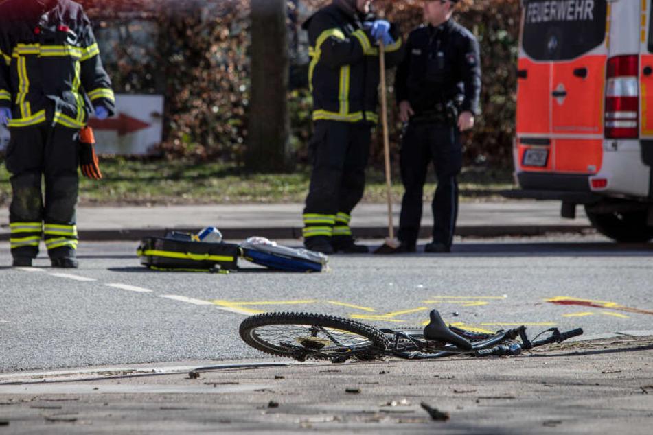 Das kaputte Fahrrad liegt an der Unfallstelle, an der der Radfahrer starb.