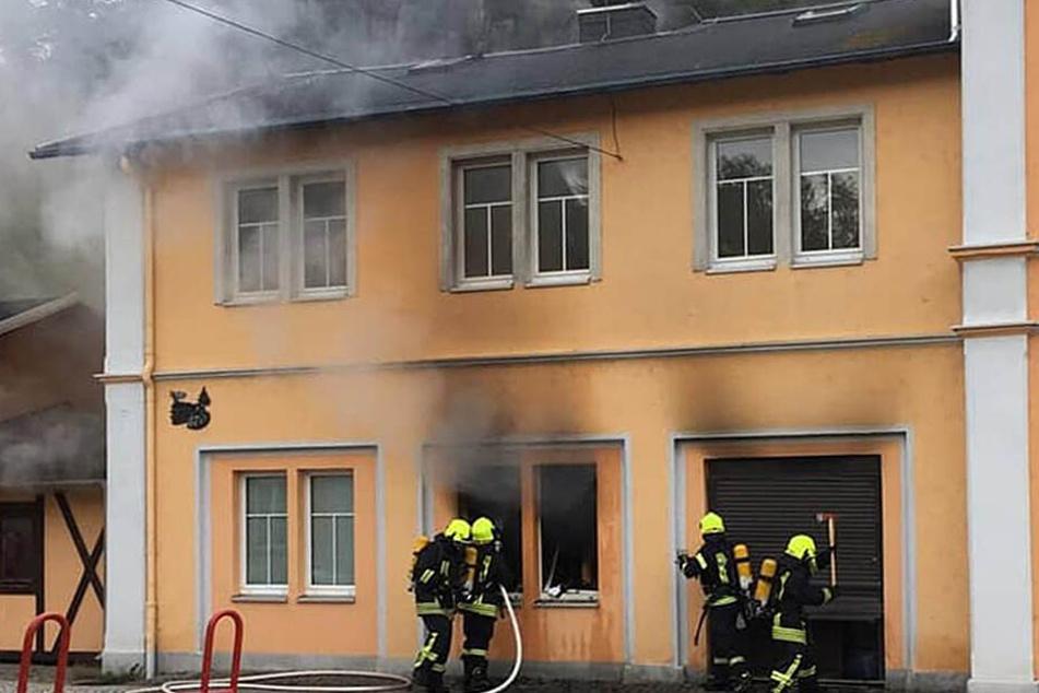 Das Feuer war im Erdgeschoss des Hauses ausgebrochen und breitete sich schnell aus.