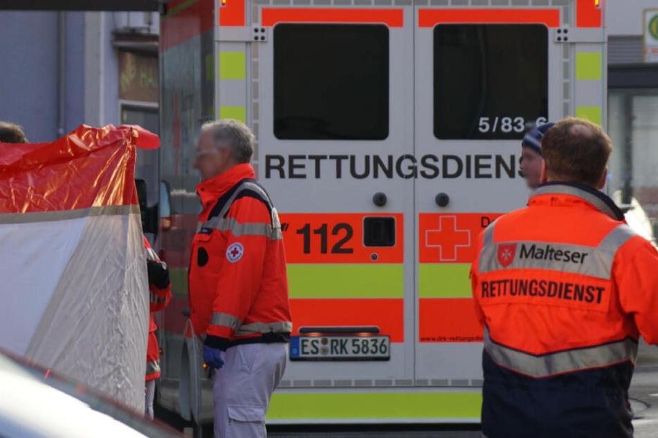 Rettungskräfte stellten an der Unfallstelle einen Sichtschutz auf.