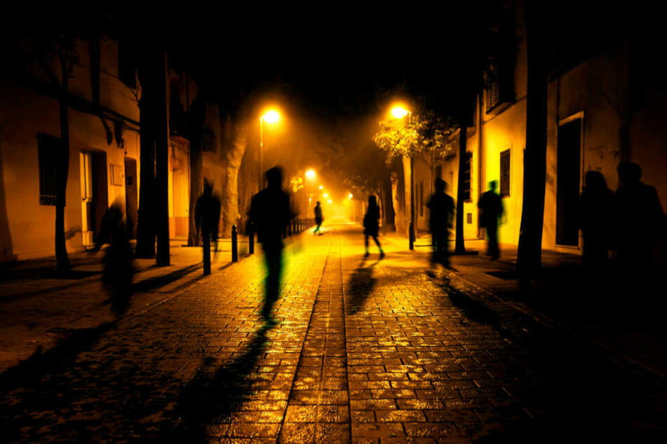 Auf dem Weg zum Parkhaus: Männer-Gruppe grapscht Frauen an