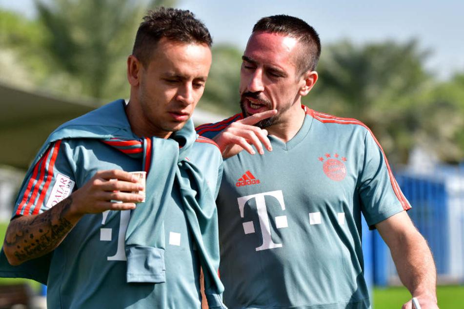 Rafinha (l.) könnte den FC Bayern München in Richtung Brasilien verlassen. (Archivbild)