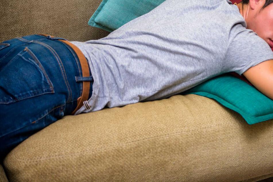 Komplett regungslos lag der Mann auf der Couch. (Symbolbild)