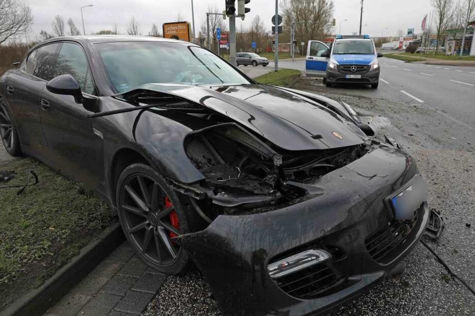 Das Fahrzeug kam auf einem Gehweg zum Stehen, verletzt wurde zum Glück niemand.