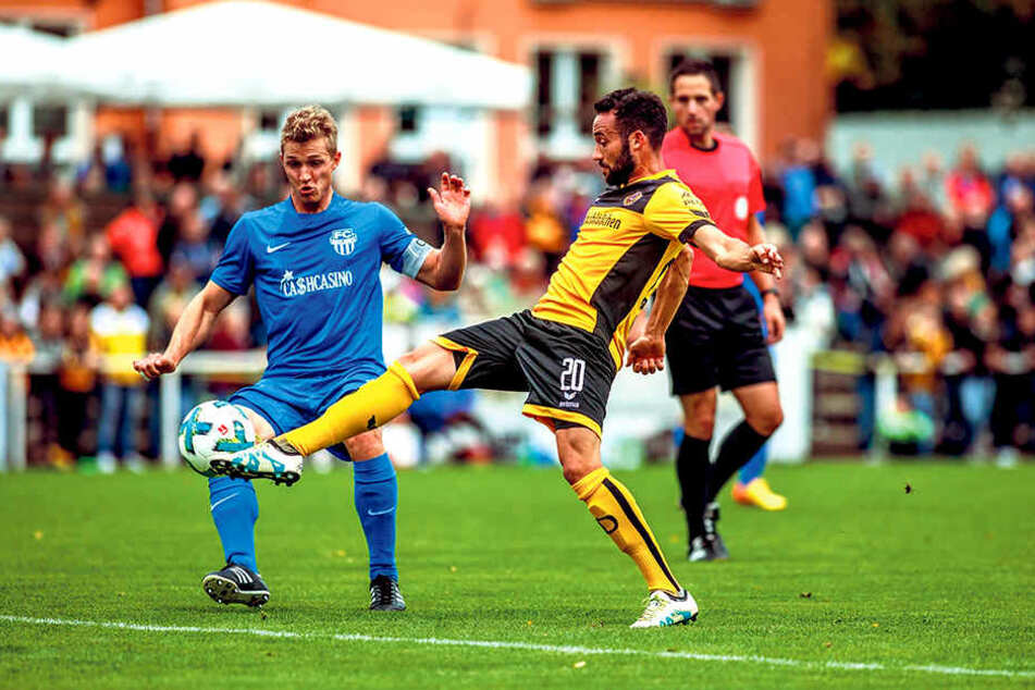 Fabian Müller (Nummer 20) ist vor seinem Neugersdorfer Gegenspieler am Ball.  In Radeberg durfte der Außenverteidiger ran, auch in Regensburg dürfte er dabei  sein.