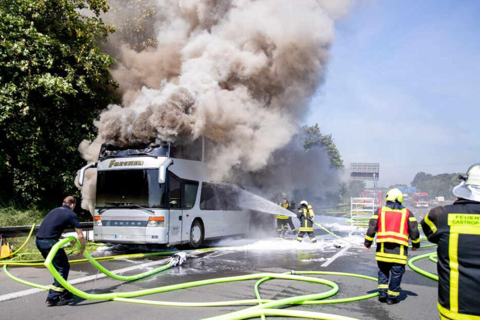 Auf der A2 bei Castrop-Rauxel ist in der vergangenen Woche ein Reisebus in Flammen aufgegangen. Als das Feuer ausbrach, befanden sich unter anderem 65 Schüler an Bord.