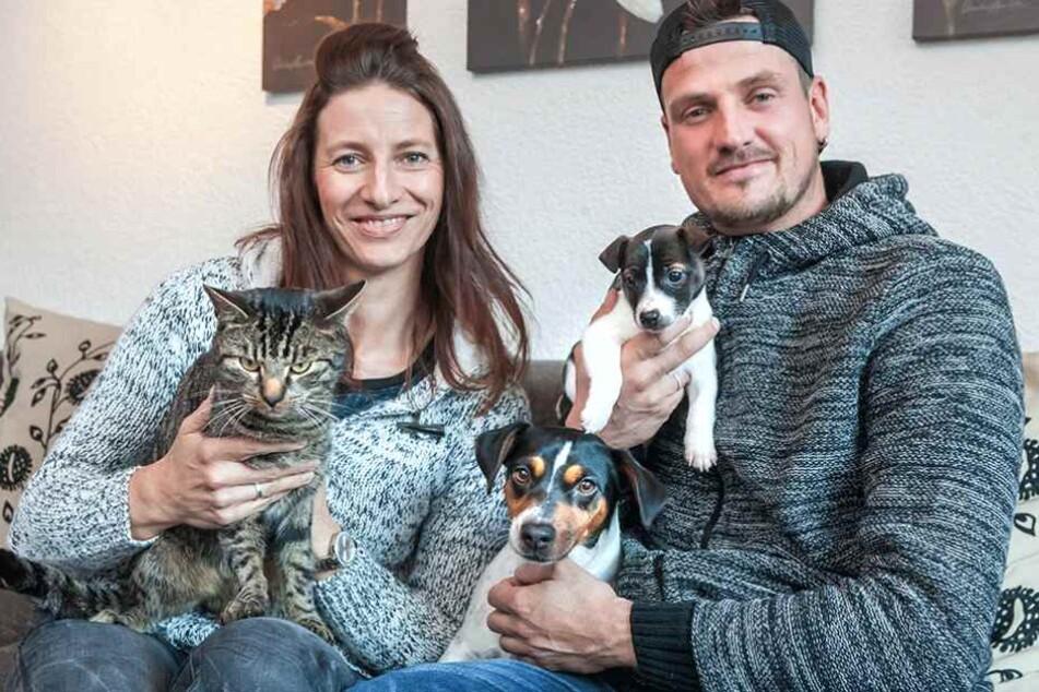 Ric und seine Frau Andrea (34) haben ein Herz für Tiere. Die Familie hat Kater Charly (2) und die beiden Jack Russell Jule (4) und Theo vor der Einsamkeit gerettet.