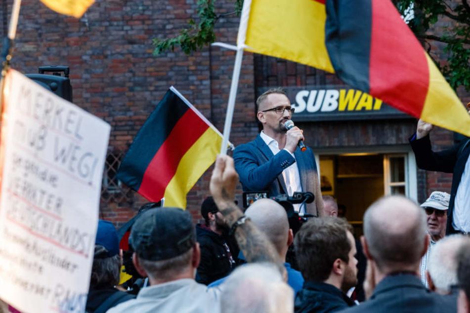 """Auf der """"Merkel muss weg""""-Demo im September sprach auch Dennis Augustin, Kreisvorsitzender des AfD Landesverbandes Südwest-Mecklenburg (Archivbild)."""