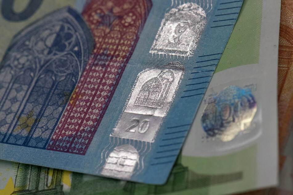 Gut gefälschte Euro-Scheine liegen auf einem Tisch (Symbolbild). Selten ist es so offensichtlich wie bei dem Spielgeld, dass eine Fälschung vorliegt.