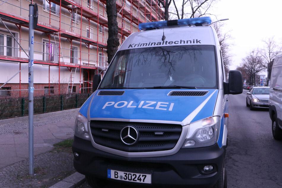 Tote Frau in Wohnung entdeckt: Polizei nimmt verdächtigen Sohn fest
