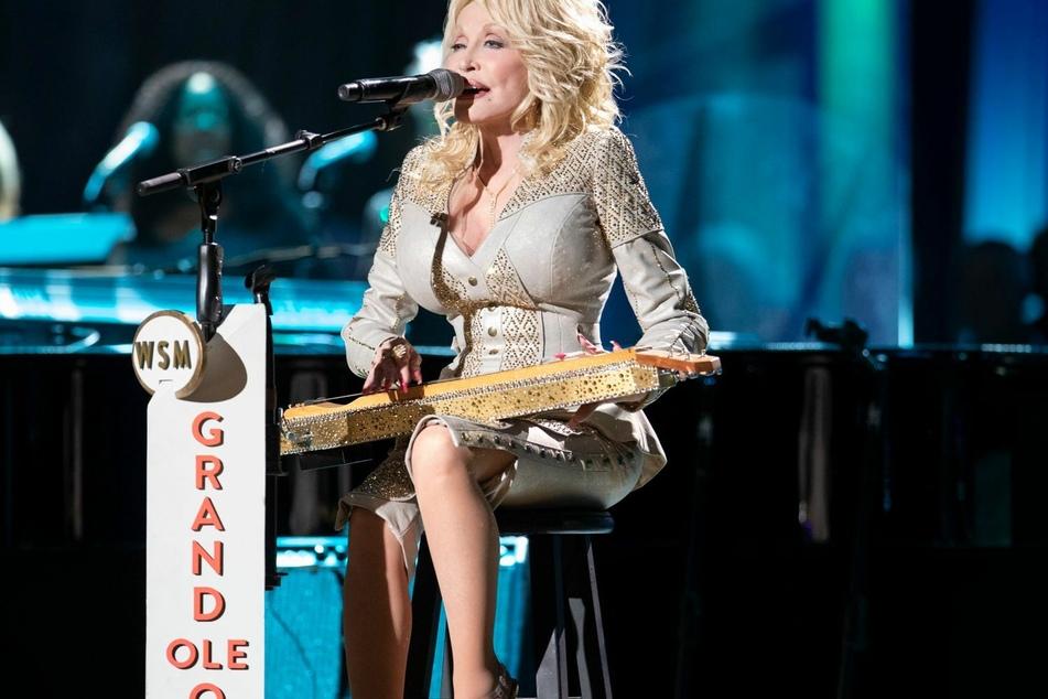 Eine kristallbesetzte Zither von Country-Ikone Dolly Parton (74) soll in den USA versteigert werden.
