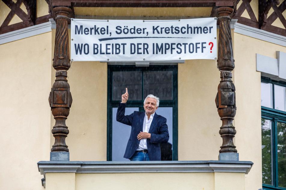 Sachsens Ex-Justizminister Manfred Kolbe (67, CDU) kritisiert die große Politik. Für sein Banner flatterte ihm ein Gebührenbescheid ins Haus.