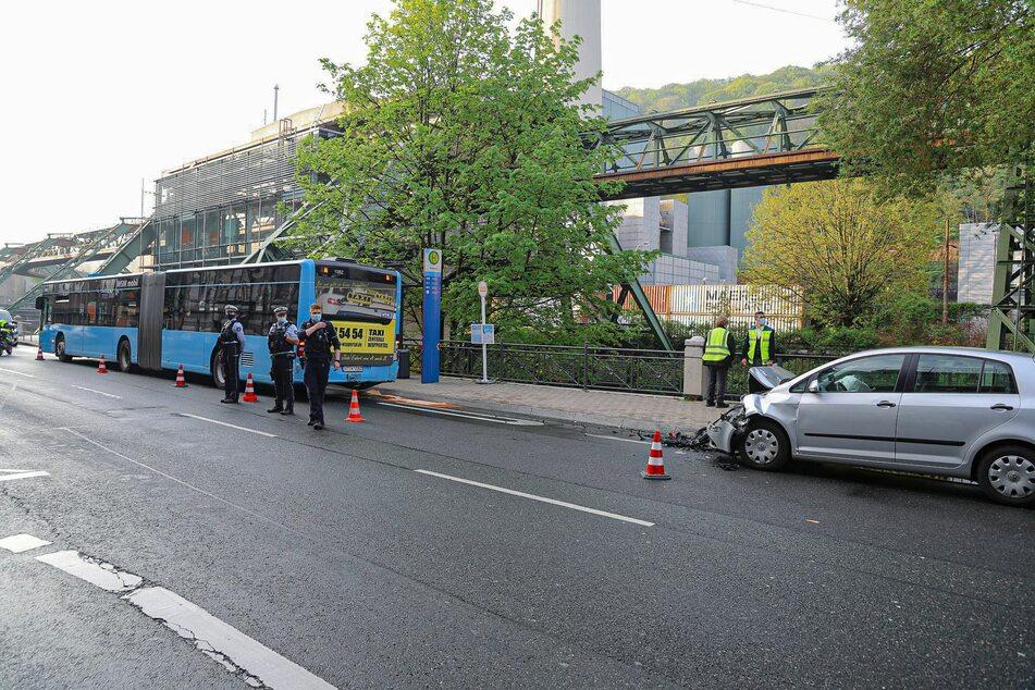 Der Einsatzort musste lange Zeit gesichert werden, wodurch es während der Unfallaufnahme zu einer Vollsperrung der Friedrich-Ebert-Straße in beide Fahrtrichtungen kam.