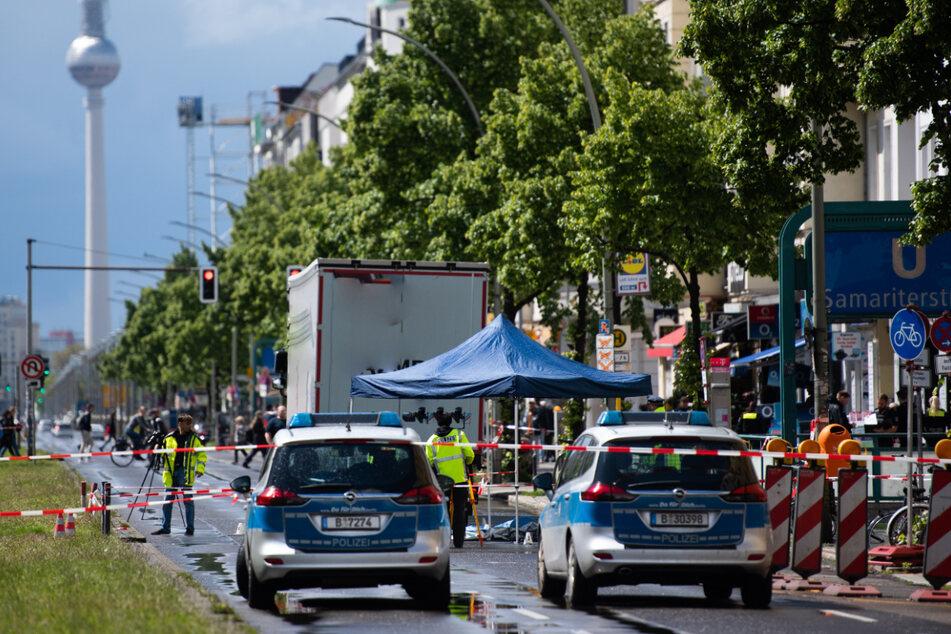 Polizisten am Unfallort. Eine Radfahrerin ist bei einem Unfall auf der Frankfurter Allee in Berlin-Friedrichshain tödlich verletzt worden.