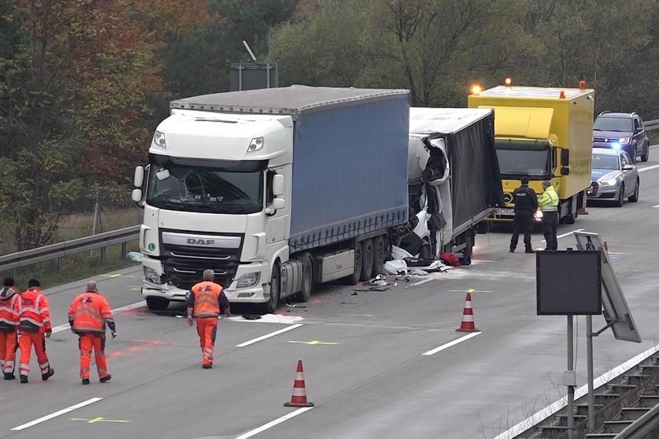 Kleintransporter kracht auf A2 in Stauende: 23-Jähriger Fahrer stirbt